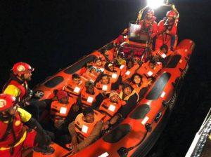 Migranti: Alexander Maersk attracca nel porto Pozzallo