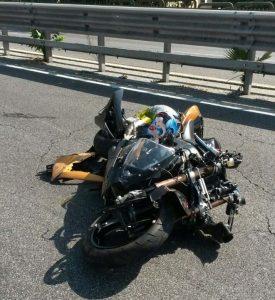 Terribile schianto in autostrada, motociclista perde la vita