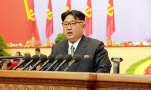 Storico incontro fra le due Coree. Stretta di mano tra Moon e Kim: 'Impegno sulla denuclearizzazione'
