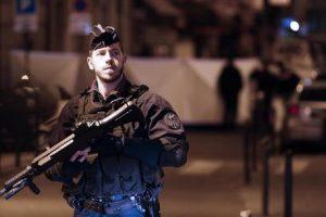 Accoltella passanti a Parigi, un morto e 4 feriti. Il terrorista era ceceno, già schedato. L'Isis rivendica