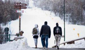 Migranti, sulle Alpi si scioglie la neve e affiorano i corpi degli uomini morti nella traversata