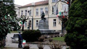 BORGOSESIA: UN'ORDINANZA DEL SINDACO VIETA DI BIVACCARE AI GIARDINI PUBBLICI DI PIAZZA MARTIRI