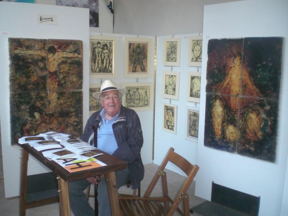 Sergio Bizzarri nello stand con le sue opere