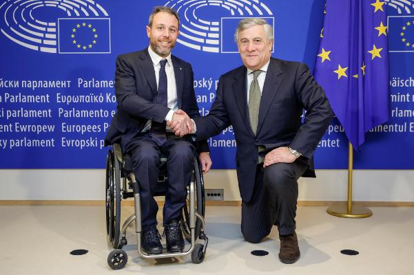 Bruxelles__6_dicembre_2017__Andrea_Stella__Presidente_di_WOW_Wheels_On_Waves_con_il_Presidente_del_PE__Antonio_Tajani__