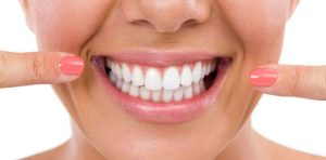Salute, il sorriso si spazzola così: occhio alle fake news sui denti