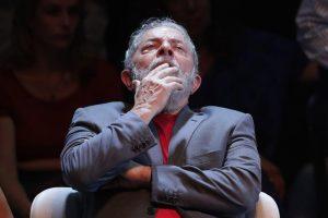 Brasile, ex presidente Lula non si presenta in carcere. E' trincerato nella sede di un sindacato