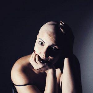 """""""Donna a testa scalza contro la violenza"""": la storia di Giovanna Russo, da 27 anni convive con l'alopecia"""