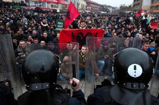 In Pristina i manifestanti scendono in piazza per manifestare il 'no' dato al Premier Kurti.