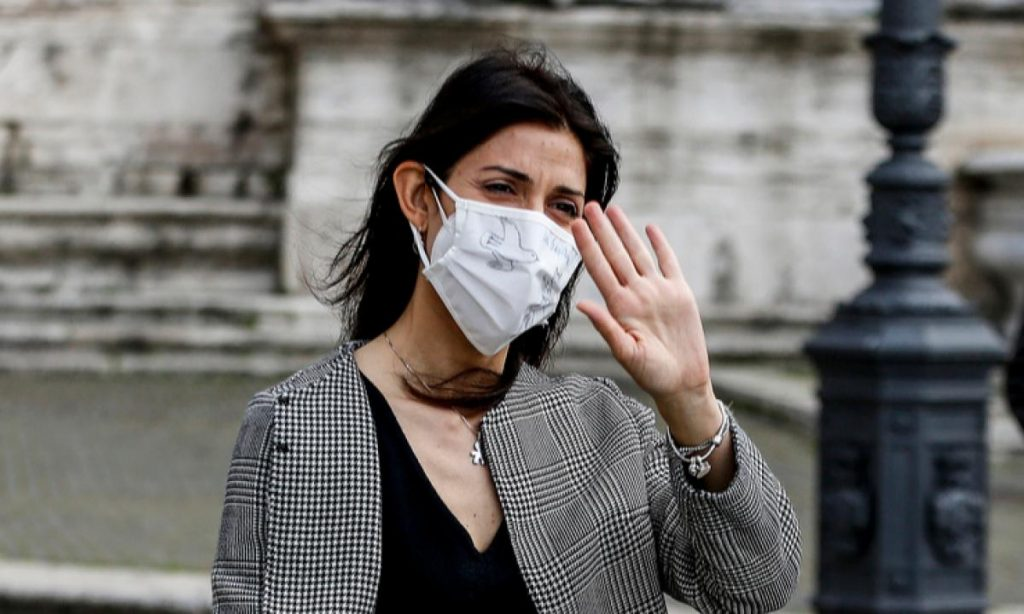 Roma, Sindaco Raggi: multe fino a 500 euro per chi getta le mascherine in strada.