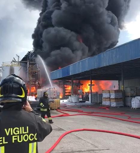 Porto Marghera, incendio in un'azienda chimica.