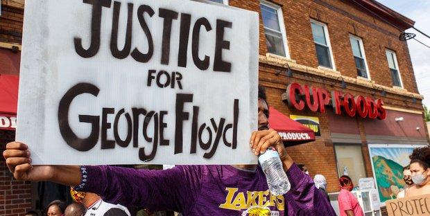 USA, manifestanti contro i poliziotti per la vicenda di Floyd.
