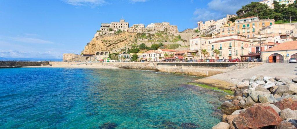 Easyjet nella bufera: la Calabria dipinta come terra di terremotati e mafiosi