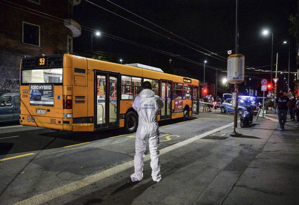 Milano: 23enne aggredito su un bus.