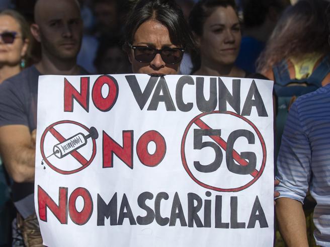 Madrid, manifestanti in piazza contro l'obbligo della mascherina