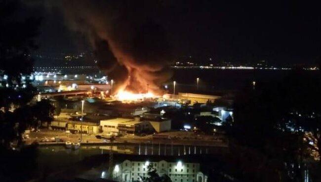 Italia, Ancona: incendio nella zona portuale